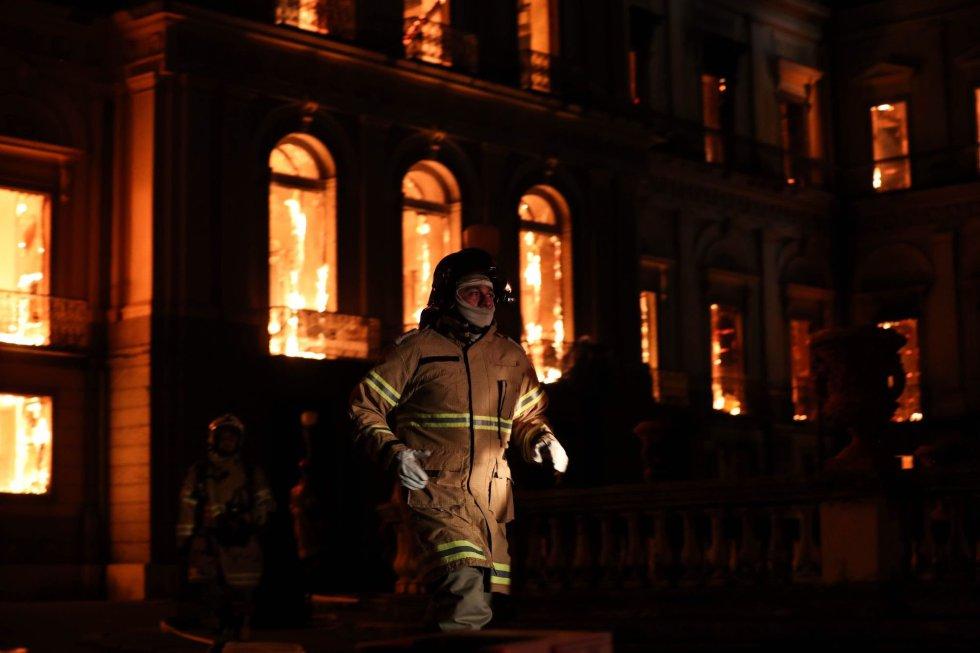 Durante 9 horas los bomberos combatieron las llamas del Museo Nacional de Brasil