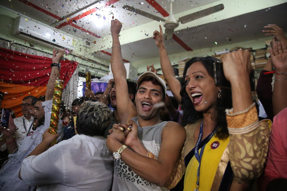 Celebration of the sentence that decriminalizes homosexuality in Bombay (India).
