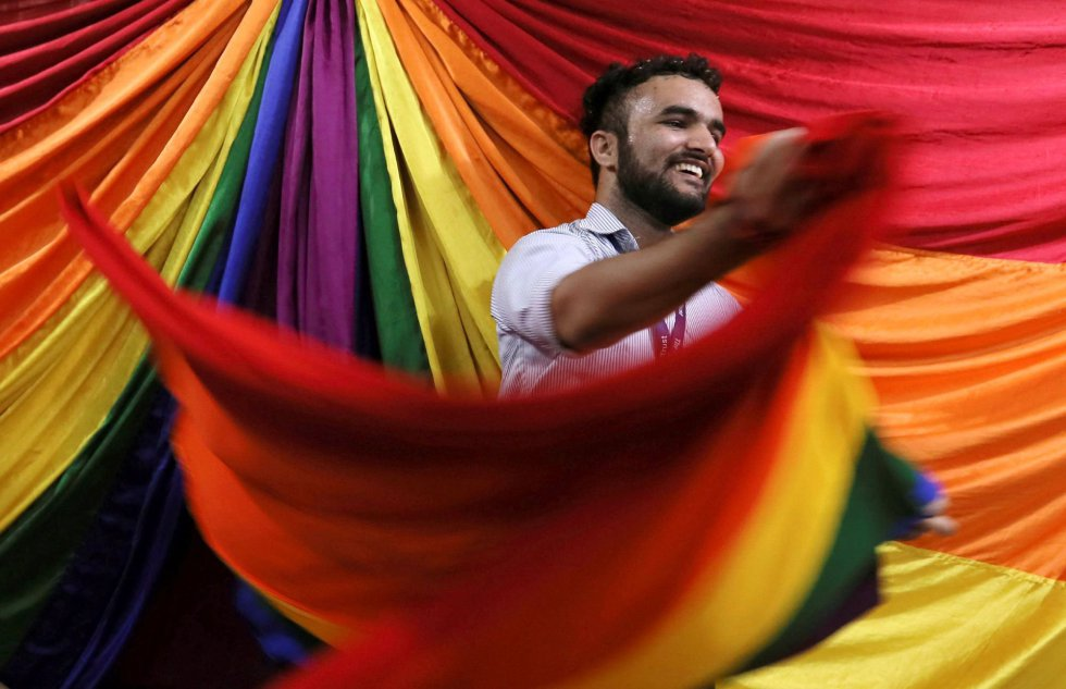 The Supreme Court of India has ruled that sex between homosexuals is no longer a criminal offense in the country. A boy celebrates the sentence in Bombay (India).