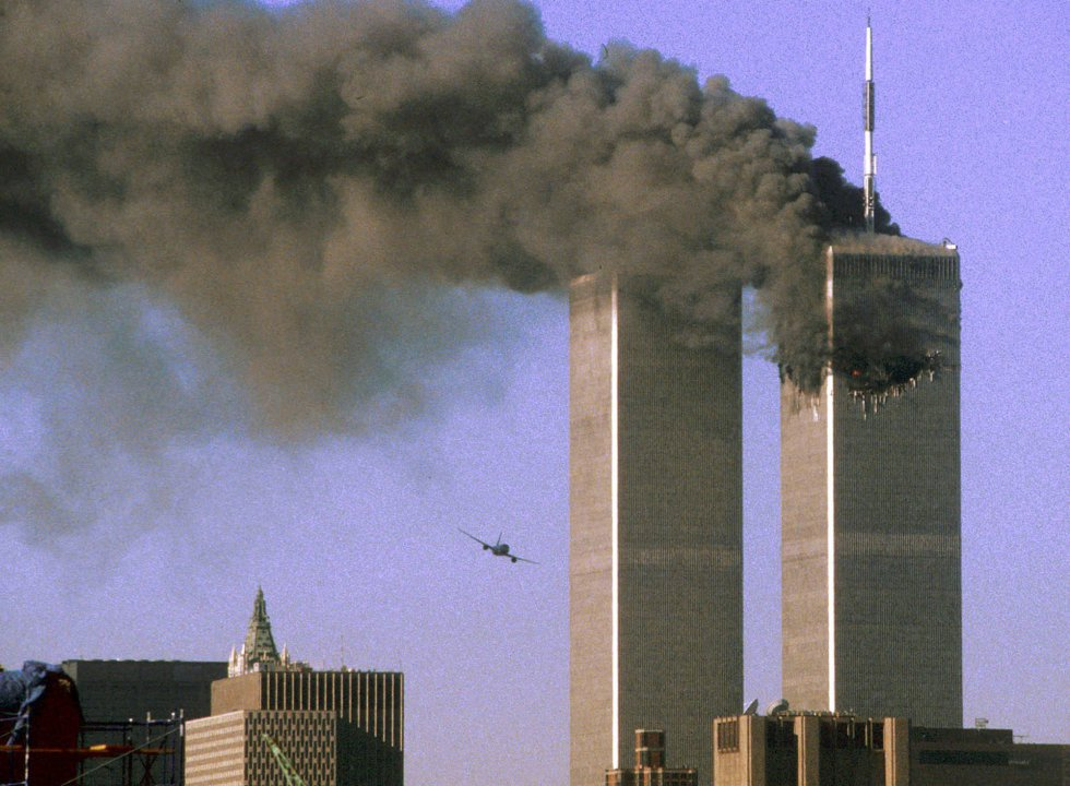 Il volo della United Airlines 175 momenti prima ha colpito la Torre Sud del World Trade Center, a New York, l'11 settembre 2001.