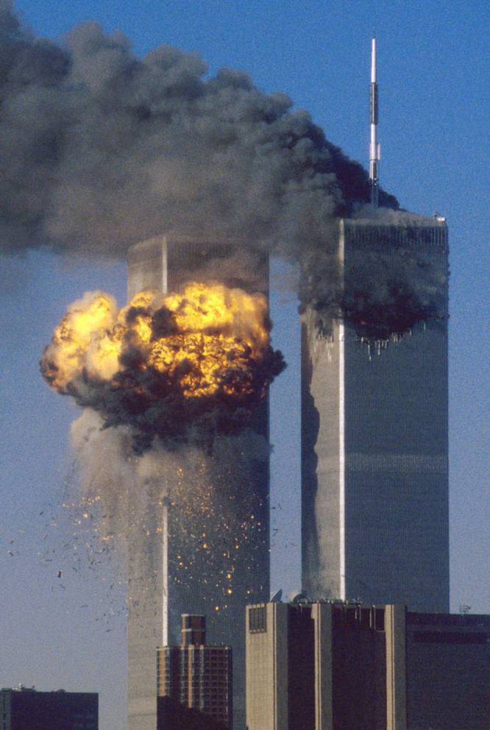 La Torre Sur del World Trade Center estalla en llamas tras el impacto del vuelo 175 de United Airlines.
