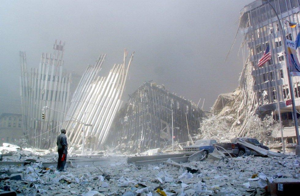 Un uomo contempla tra le macerie le rovine delle Twin Towers dopo il suo crollo.