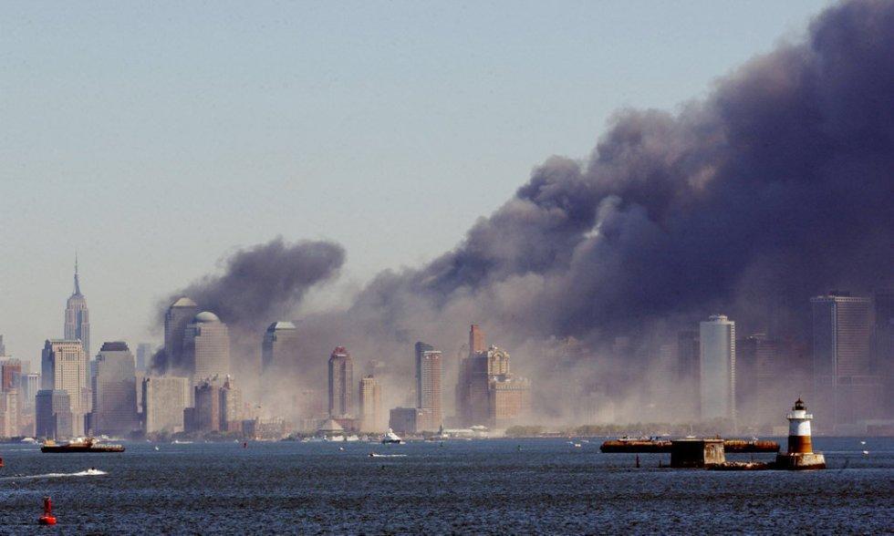 Il fumo avvolge Manhattan dopo il crollo delle Twin Towers del World Trade Center sull'isola di Manhattan, New York.