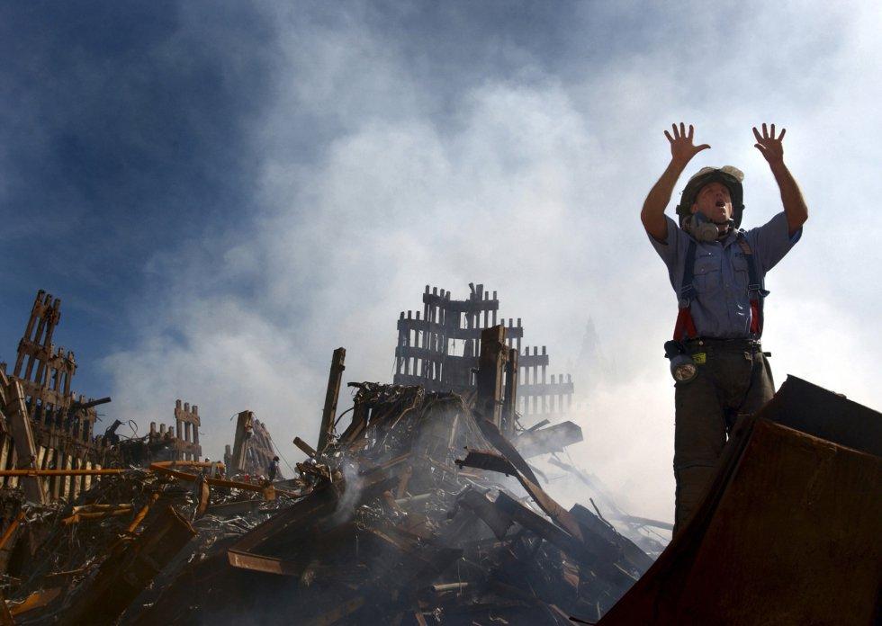 """Immagine del documentario """"102 minuti che hanno cambiato l'America"""", che comprende il salvataggio dei vigili del fuoco dopo l'attacco terroristico alle Torri Gemelle l'11-S."""