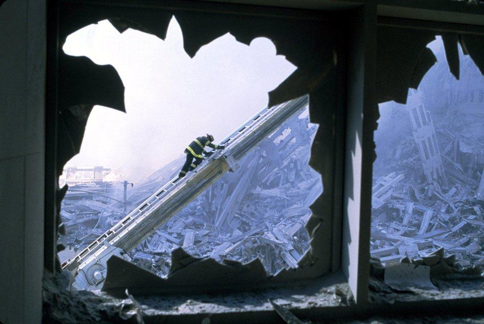 Il giorno dopo gli attacchi dell'11 settembre un pompiere lavora tra le macerie di una delle torri gemelle del World Trade Center.  L'immagine proviene dal video realizzato dal fotografo di National Geographic Channels International, Steve McCurry.