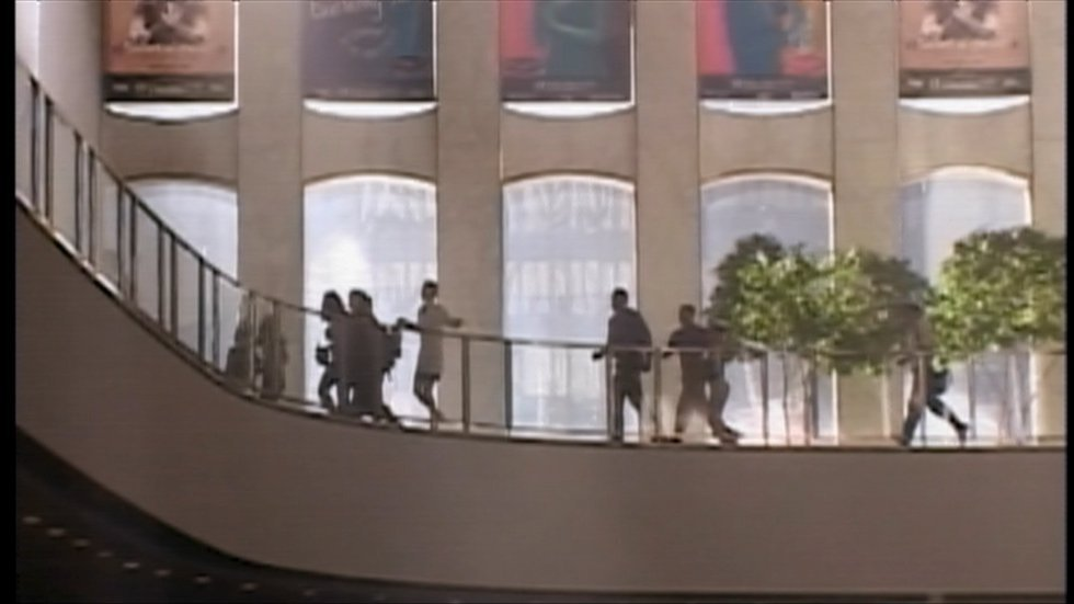 Diversi operai che erano nella Torre Nord corrono per mettersi al sicuro dopo l'impatto di un aereo, l'11 settembre 2001, a New York.
