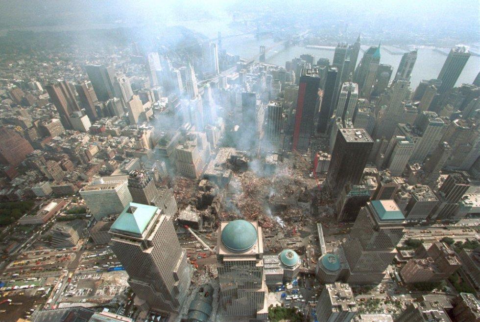 La distruzione ha interessato 6,5 ettari di terreno che hanno occupato il complesso del World Trade Center.  Le squadre di soccorso hanno lavorato nelle settimane successive, giorno e notte, per cercare i sopravvissuti e recuperare i resti delle vittime.  L'incendio ha richiesto 99 giorni per estinguersi.  Nell'immagine, veduta aerea del ground zero, in quello che era il World Trade Center di New York, 15 giorni dopo l'attacco terroristico contro le Twin Towers.