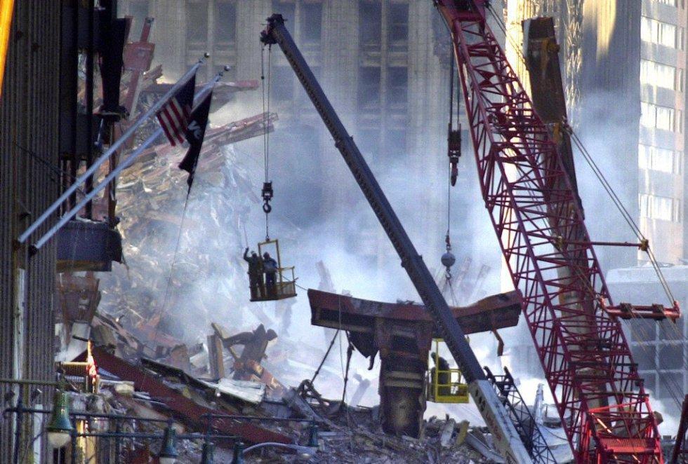 Squadre di soccorso e vigili del fuoco lavorano sulle rovine degli edifici, tre giorni dopo gli attacchi.