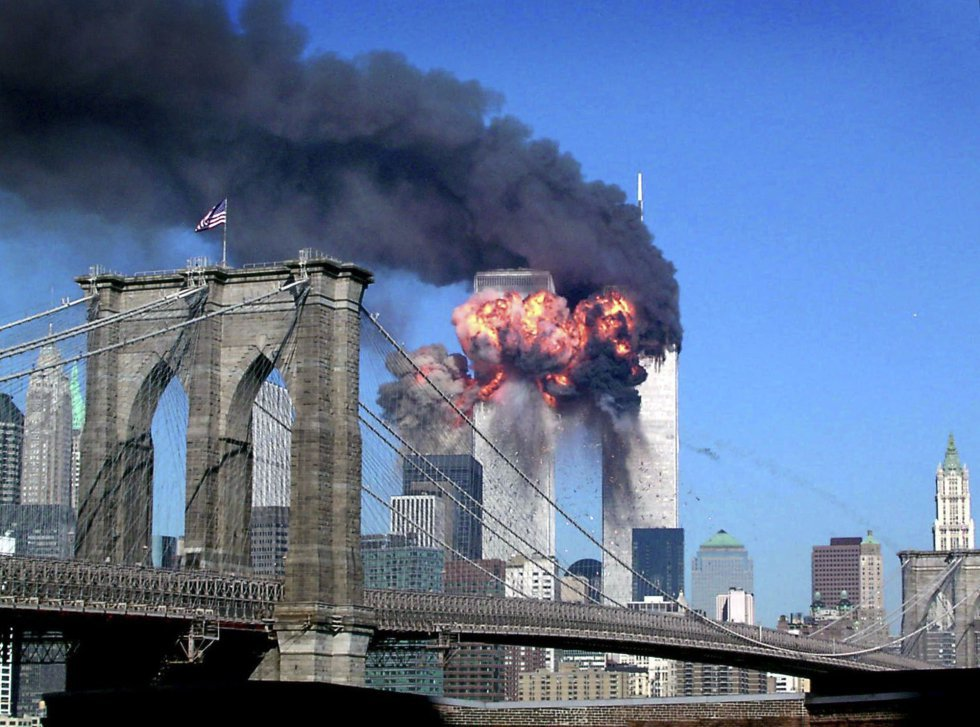 Momento in cui il volo United Airlines 175 colpisce il World Trade Center.