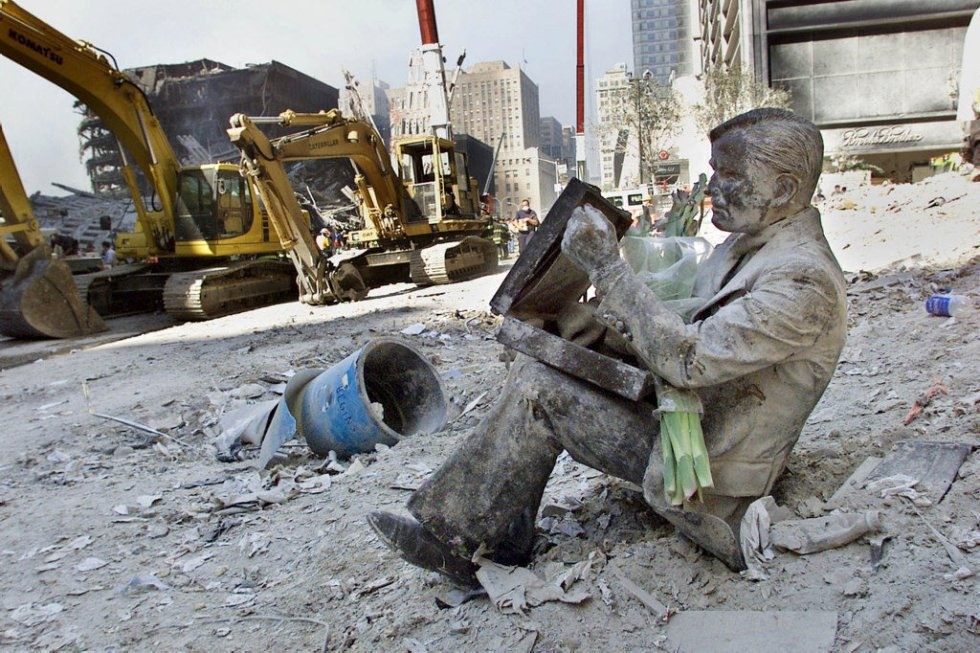 La statua di un uomo tra le macerie ai piedi delle rovine delle Twin Towers dopo il suo crollo, due giorni dopo gli eventi.