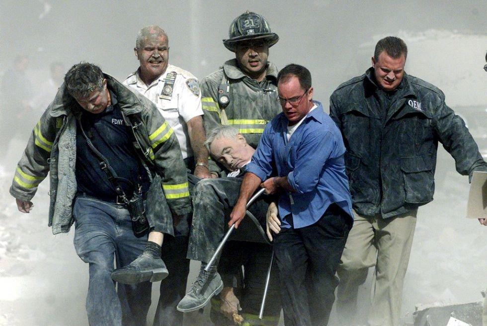 L'attacco al World Trade Center di New York, dove lavorarono 40.000 persone, causò la morte di 3.000 persone e ferì altre 6.000 persone.  Nell'immagine, il personale di soccorso trasporta un uomo ferito nell'attacco.