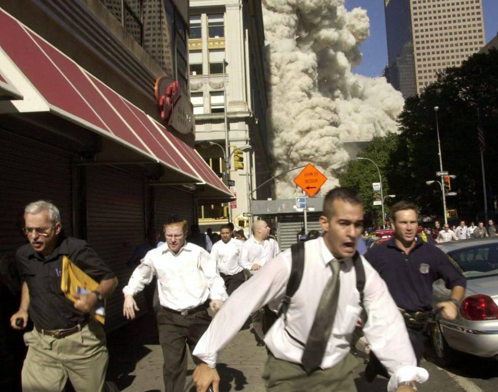 Dopo l'impatto dell'aereo sugli edifici, il panico ha conquistato le strade di New York.  La South Tower è stata la prima a crollare, con 614 persone all'interno.  Nel Nord, erano rimaste intrappolate 1.402 persone.  380 pompieri e polizia sono anche morti.  Nell'immagine, i pedoni fuggono dall'area dell'attacco.