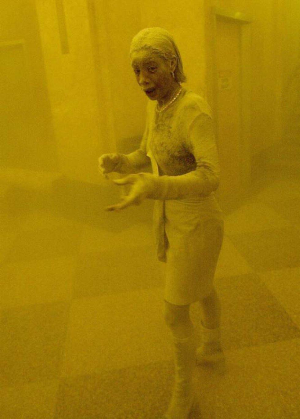 Una superviviente del 11-S huye cubierta de polvo tras el primer ataque a las Torres Gemelas. Su imagen dio la vuelta al mundo. La mujer fue identificada como Marcy Borders. Falleció el 24 de agosto de 2015, a los 42 años, víctima de un cáncer de estómago. Borders estaba convencida de que la causa de su enfermedad fueron precisamente los agentes químicos del polvo que tragó aquel día.