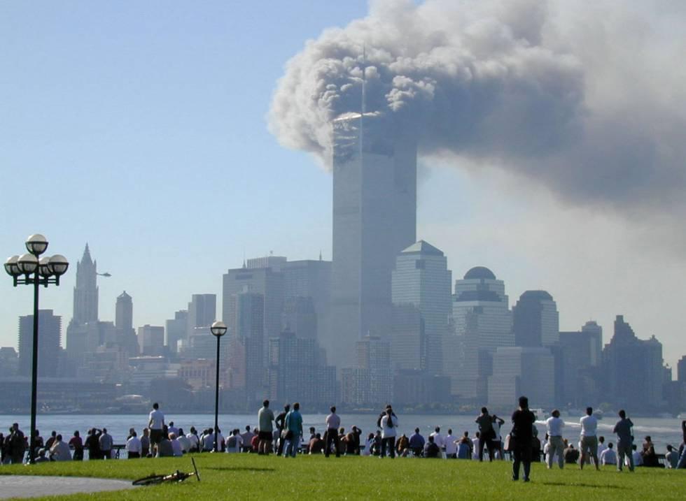 Vista da Hoboken, nel New Jersey, del World Trade Center dopo il crollo di una delle torri.