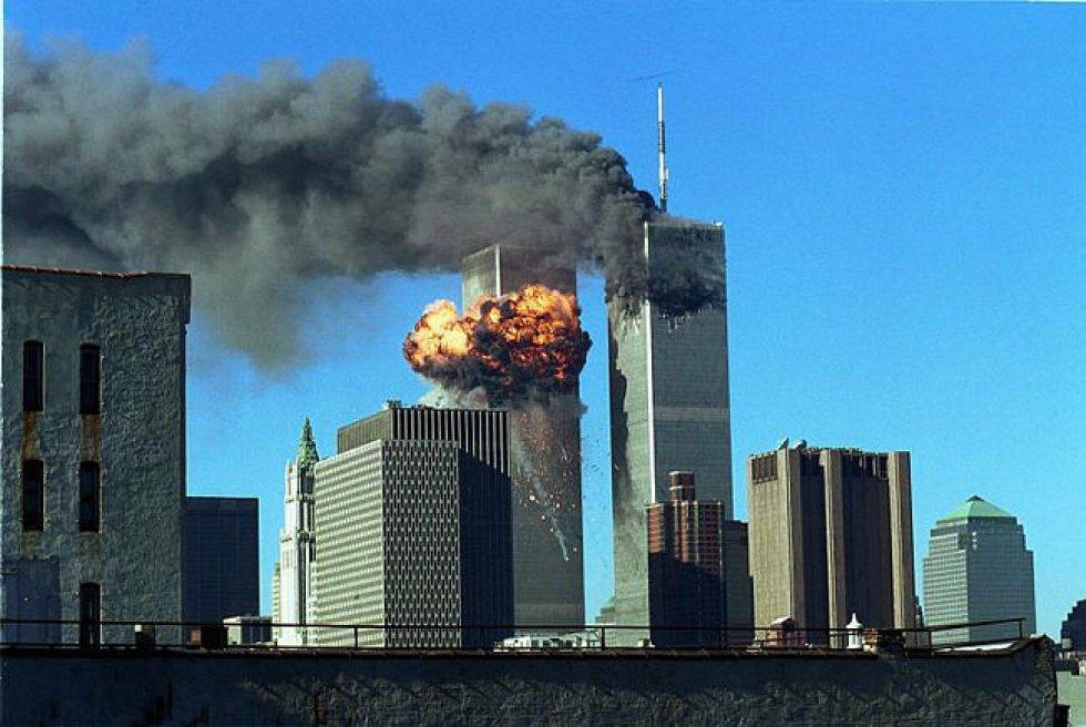Un aereo della American Airlines penetra alle 8.46 ora locale tra i piani 93 e 99 della North Tower.  A 17 minuti avviene il secondo attacco, con un aereo della United Airlines che colpisce tra i piani 77 e 85 della South Tower.  Nell'immagine, il fumo sale dalle Twin Towers dopo gli impatti.