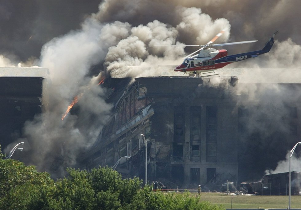 Un elicottero da ricognizione ritorna attorno al Pentagono dopo l'impatto del volo 77 della United Airlines.