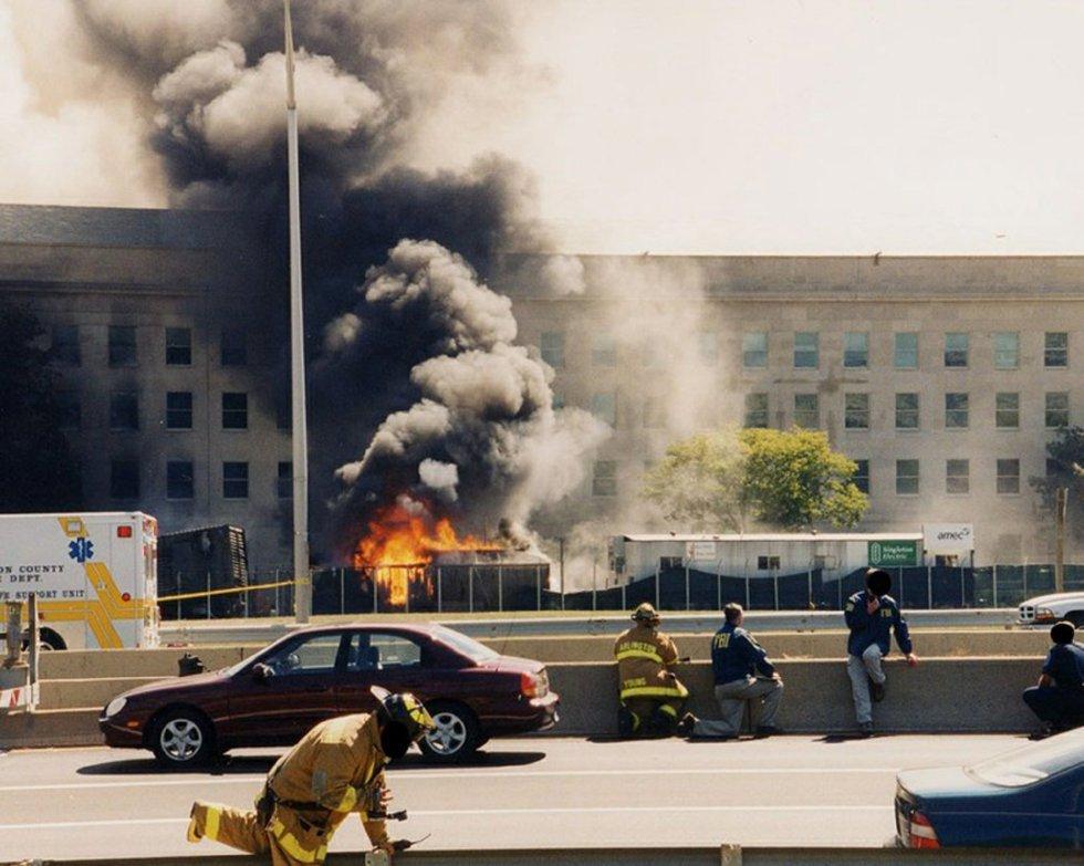 Una colonna di fuoco e fumo esce dalla facciata del Pentagono, colpita dal volo 77 dell'American Airlines dopo essere stata rapita da cinque terroristi sauditi.