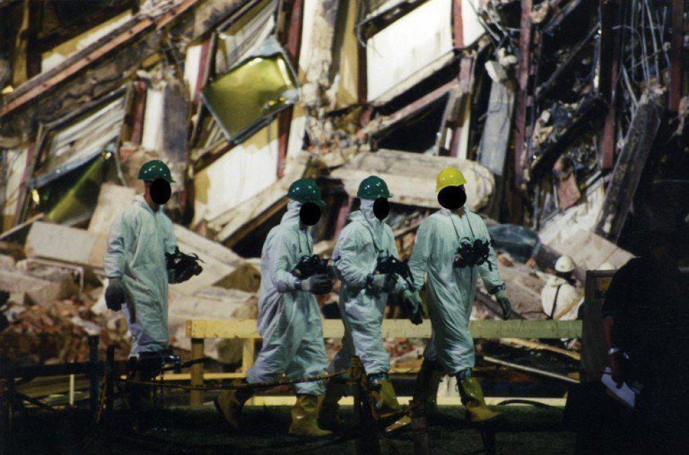 Esperti dell'FBI raccolgono prove dopo che il volo 77 della American Airlines è precipitato nelle strutture del Pentagono dopo essere stato rapito da cinque terroristi sauditi.