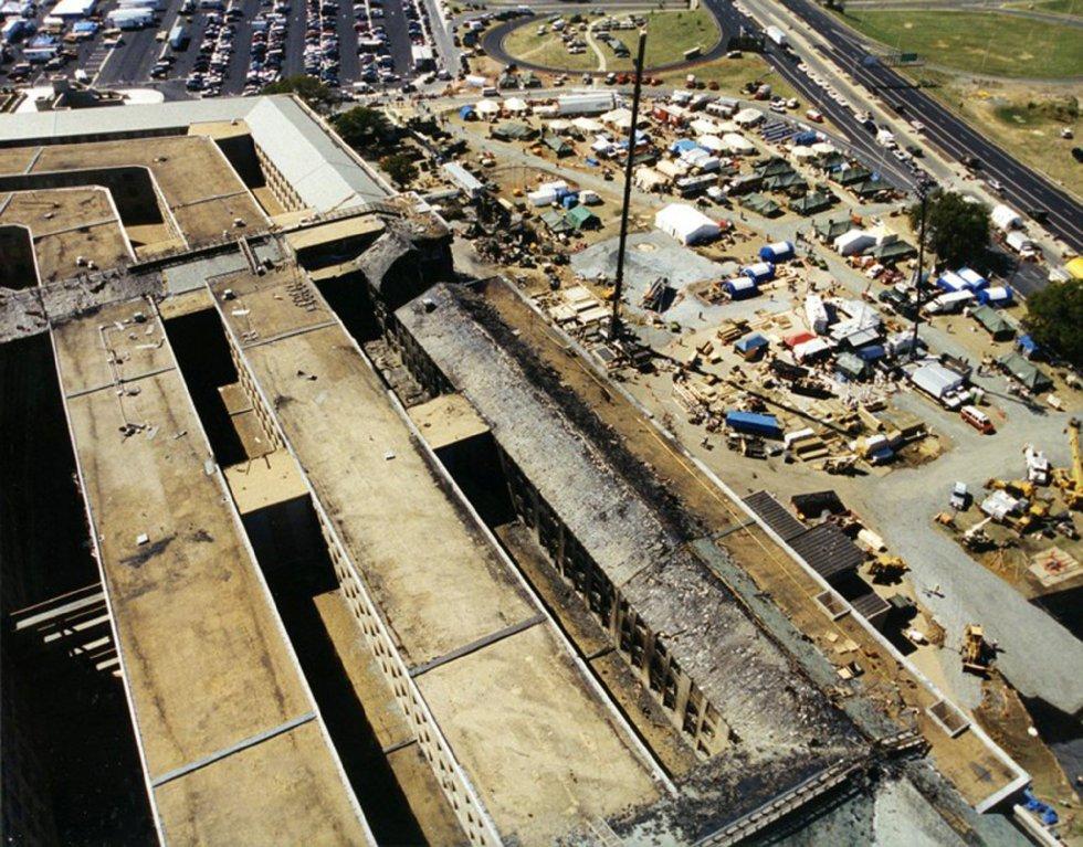 Veduta aerea dei danni del Pentagono alla proprietà dopo che il volo 77 della American Airlines ha colpito il Pentagono dopo essere stato rapito da cinque terroristi sauditi l'11 settembre 2001, poco dopo aver lasciato l'aeroporto internazionale di Dulles a Washington.  L'FBI ha distribuito una ventina di nuove immagini della tragedia del Pentagono.