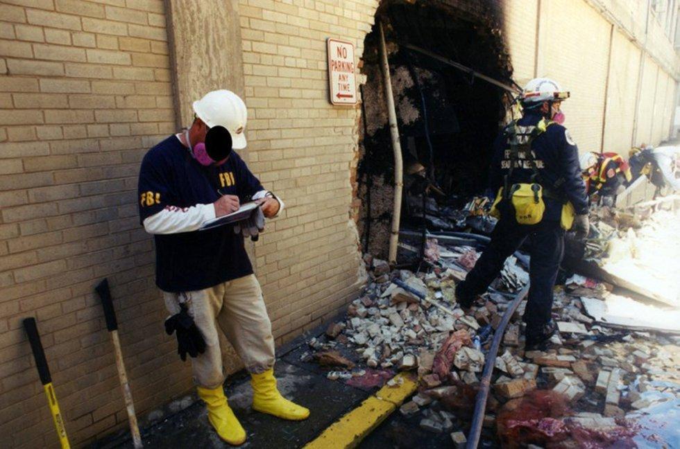 investigatori dell'FBI raccogliere prove dopo il volo American Airlines 77 impactase contro impianto Pentagono dopo essere stato rapito da cinque terroristi sauditi poco dopo aver lasciato il 11 Settembre, 2001 Dulles International Airport di Washington.
