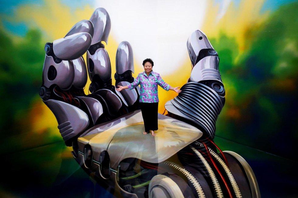 """Una mujer posa en una pintura 3D expuesta en el museo Art in Paradise de Bangkok, Tailandia. El centro, que se divide en dos plantas y seis salas de exposición permanente, es el primer museo 3D """"ilusionista"""" de la capital."""