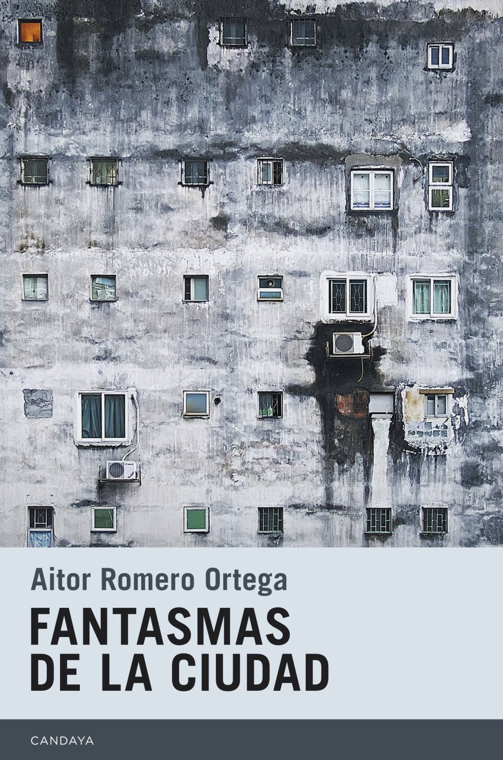 """""""Soy el fantasma de Gracia"""", dice en el prólogo de este libro Aitor Romero Ortega (Barcelona, 1985), un autor muy joven que muestra ya una voz muy potente, y ser el fantasma de un barrio justifica el dominio narrativo que ejerce sobre el resto de Barcelona, presente en casi todos los cuentos de 'Fantasmas de la ciudad', porque si el protagonista no vive en la ciudad, pasa por ella en algún momento, y cuando no se nos dice de qué ciudad se trata el contexto permite deducirlo. Este dominio se traslada con naturalidad al ámbito de otras ciudades, París, Roma, Madrid, México, Buenos Aires, Grenoble, y así viajando de ciudad en ciudad contemplamos a los personajes de ese magnífico conjunto de relatos."""