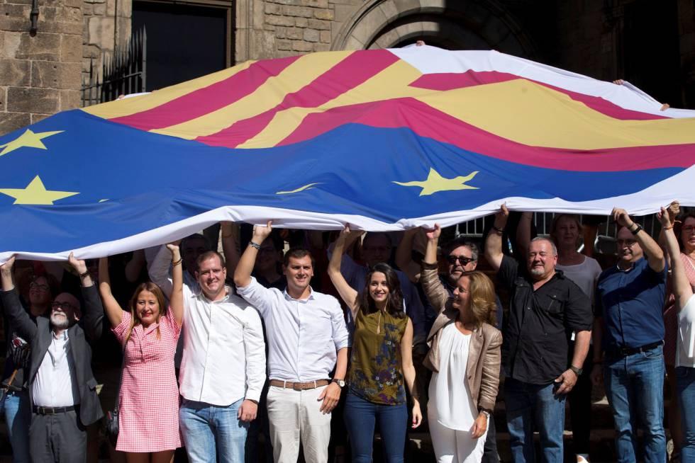 El presidente de Ciudadanos, Albert Rivera (4i), junto a la la líder de Cs en Cataluña y portavoz nacional, Inés Arrimadas (5i), y diputados en el Parlament y concejales en el Ayuntamiento de Barcelona, durante un acto celebrado en la Barcelona con motivo de la Diada del 11 de septiembre bajo el lema