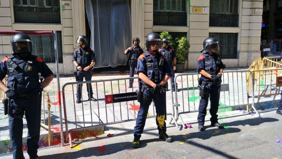 Jóvenes de Arran lanzan botes de humo y pintura ante la sede de la Policía en Via Laietana de Barcelona.