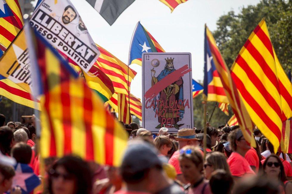Una carta gigante con la inscripción ''Catalunya no te rei'' (Cataluña no tiene rei) antes del comienzo de la manifestación independentista.