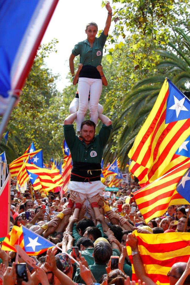 Unos jóvenes hacen un 'castel' durante la manifestación de la Diada en Barcelona.rn