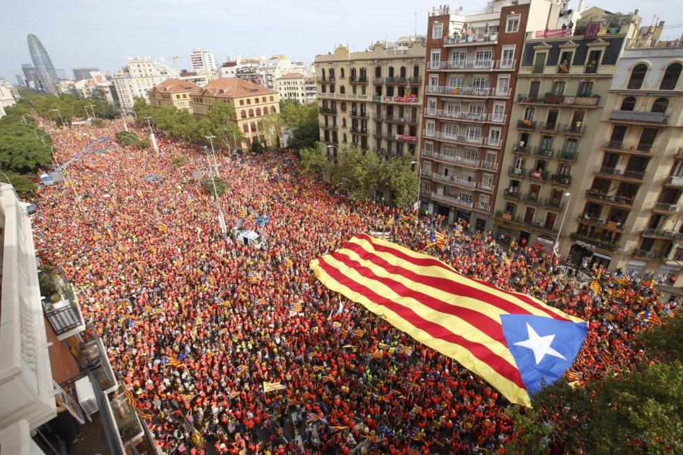 Vista general de la avenida de la Diagonal con una bandera independentista.