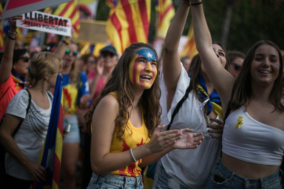 Una joven con la cara pintada con la bandera independentista asiste a la manifestación.