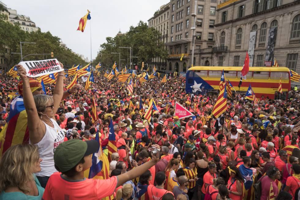 Manifestantes durante la marcha de la Diada en la Diagonal de Barcelona.