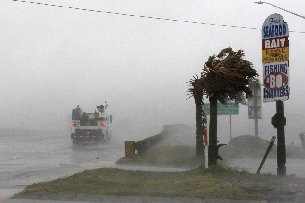Un camión circula por la autopista 24 mientras se aproxima el huracán en Swansboro (Carolina del Norte).