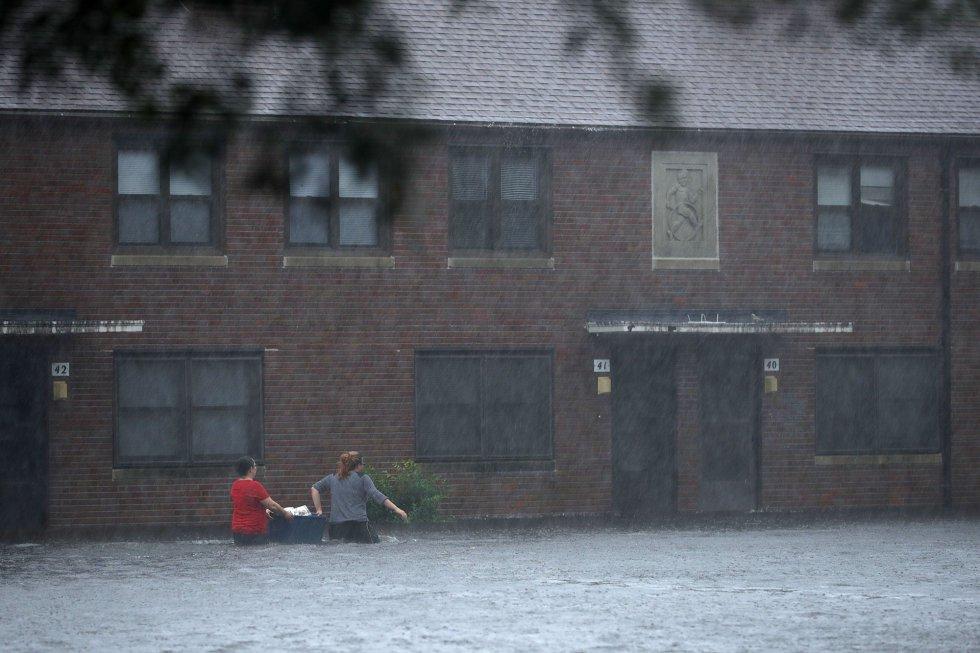 Dos residentes de New Bern (Carolina del Norte) cruzan una de las calles anegadas por las lluvias que acompañan al Florence, el 13 de septiembre.