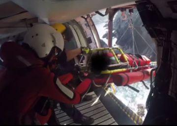 El espectacular rescate de tres percebeiros en A Coruña