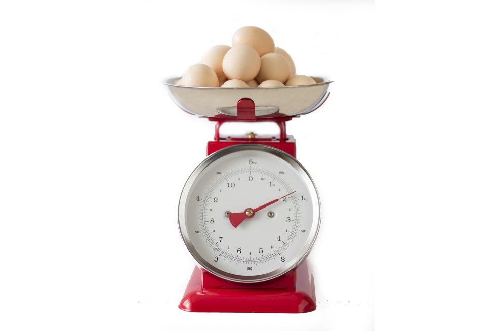 """Según datos de la EFSA (European Food Safety Authority, la autoridad europea de seguridad alimentaria) de 2015, la ingesta diaria recomendada para un adulto sano sería de 0,83 gramos por kilogramo de peso al día. Una cantidad que varía también en función de la edad: """"Para niños y adolescentes, la cantidad por kilo de peso es ligeramente más elevada [entre 0,83 gramos y 1,31 gramos por cada kilo de peso corporal al día, según la EFSA, pues recordemos, las proteínas son fundamentales para la creación de nuevos tejidos, y por tanto el crecimiento], dependiendo de la edad"""", apunta Marques.   Con un peso de 60 kilogramos un adulto sano debería tomar unos 50 gramos al día, que podrían obtenerse gracias al puñado de nueces (20 gramos, 5 de proteínas), las lonchas de jamón del desayuno (aproximadamente, unos 10 gramos por cada 50 gramos de alimento), al plato de pescado del mediodía (uno 25 gramos de proteína por un filete) y al yogur de la cena (unos 10 gramos). Un huevo alcanza los 12,7 gramos de proteína, y la carne de ternera unos 33 gramos en un filete de 150 gramos."""