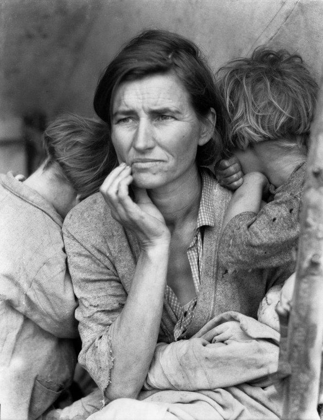 """Foto: Mãe migrante, Nipomo, 1936. A exposição """"Dorothea Lange: A política da visão"""" chega ao Jeu de Paume, em Paris, com o objetivo de """"retificar esse desequilíbrio e reposicionar Lange como uma voz crítica na fotografia do século XX""""."""