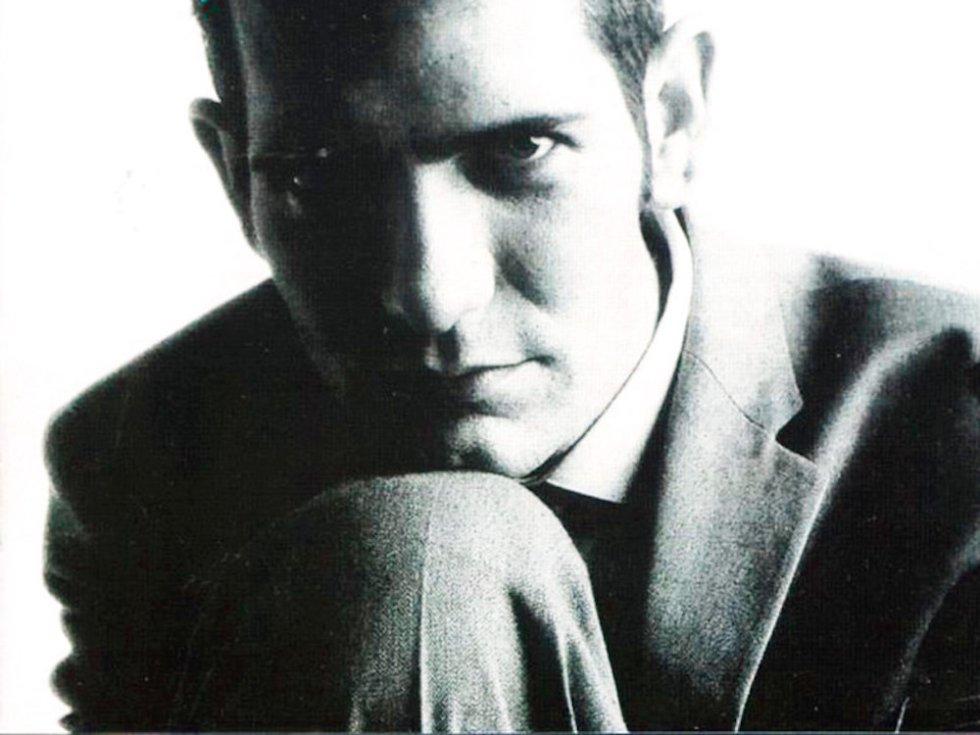 Quién.  Carlos Berlanga (Madrid, 1959- 2002), uno de los grandes compositores del pop español de los ochenta, en bandas como Kaka de Luxe, Alaska y Los Pegamoides, Dinarama y luego en solitario. Su padre fue el gran director de cine Luis García Berlanga.    Cómo se fue.  De una enfermedad hepática, a los 42 años. Pocas veces se ha reunido tanta gente del arte para velar a un músico. Por allí pasaron: Miguel Bosé, Concha Velanso, Alaska, Pedro Almodóvar, Víctor Manuel, Ana Belén, Massiel…    Por qué lo echamos de menos.   Porque fue el tipo más 'cool' que pisó la España de los ochenta. Porque era, a la vez, Warhol, Bowie y Morrissey. Y porque componía canciones pop brillantísimas. Solo hay que escuchar joyas como 'El hospital', de la que, por cierto, realizó  una escalofriante versión  otro músico de esta lista, Enrique Urquijo.