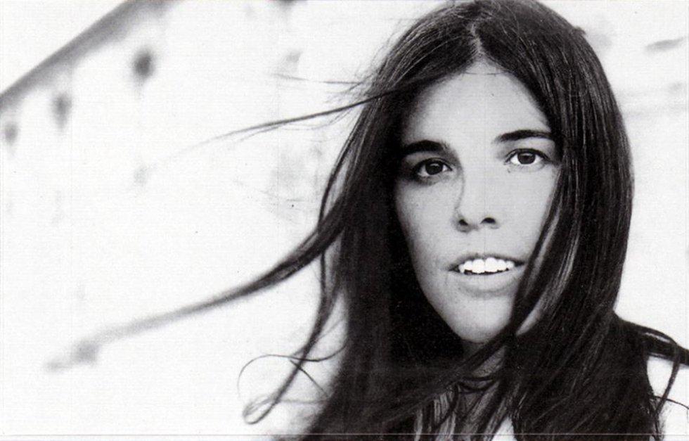 Quién.  Evangelina Sobredo 'Cecilia' (Madrid, 1948- Zamora, 1976), cantautora de los años setenta que ha sido reivindicada con el transcurso de los años por gente tan dispar como Miguel Bosé o bandas del pop independiente español.    Cómo se fue.  En un accidente de tráfico, cuando contaba 27 años. Había actuado en Vigo y se dirigía a Madrid para una grabación. Estamos a mediados de los 70, con una España llena de carreteras secundarias chapuceras. Su Seat 124 se estrelló contra un carro de bueyes en Colinas de Trasmonte (Zamora).    Por qué la echamos de menos.  Porque Cecilia era distinta, nuestra Joni Mitchell, a pesar de que fue domesticada por la potente CBS para convertirla en una cantante de pop comercial. A ella le gustaba el folk con ínfulas intelectuales. Hubiese sido interesante ver su evolución ya en los años de libertad en España. Pero esa vertiente de la España negra que eran unas infraestructuras indecentes (las carreteras) se la llevó.