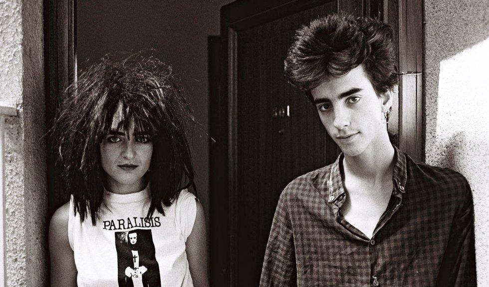 """Quién.  Eduardo Benavente (Madrid, 1962- Alfaro -La Rioja-, 1983), líder del grupo Parálisis Permanente (en la foto, a la derecha junto a Ana Curra, pareja sentimental y de grupo), una de las primeras bandas españolas de pop oscuro, al estilo de agrupaciones británicas como Killing Joke o Bauhaus.    Cómo se fue.  Muy joven, con solo 20 años. En un accidente de tráfico, en una carretera riojana. Se dirigían de León a Zaragoza para un concierto y el día era tormentoso. Después de 30 años sin hablar con la prensa, así contó el accidente Ana Curra (miembro de Parálisis Permanente, novia de Benavente y conductora del coche siniestrado) en una entrevista a EL PAÍS: """"Conducía yo hacia Zaragoza, donde tocábamos esa noche. Llovía y nos desviamos de la autovía porque se había roto el limpiaparabrisas. Y nos salimos de la carretera: reventó una rueda y volcamos. Recuerdo que Eduardo salió disparado por una ventanilla. Le saltó el cinturón de seguridad. Recuerdo perfectamente los comentarios del enfermero. Decía: 'Este chico está muy mal'. Yo gritaba: 'Eduardo, Eduardo…'. Cuando llegamos al hospital, estábamos en la misma habitación, separados por una cortina, y yo escuchaba todos los comentarios. Los médicos dijeron que se iban a centrar en el chico porque estaba muy mal. Oí el momento en que Eduardo expiró"""".    Por qué lo echamos de menos.  Benavente era un tipo sobrado de personalidad. Se fue de Alaska y Los Pegamoides justo cuando el grupo empezaba a captar la atención masiva. Pero prefirió montar su propia banda, Parálisis Permanente, con tan solo 19 años. El grupo solo editó un disco, 'El acto', hoy objeto de reivindicación. Eran oscuros y punks antes de que en España supiéramos lo que era eso. Nos quedamos con las ganas de ver la evolución de este espíritu libre."""