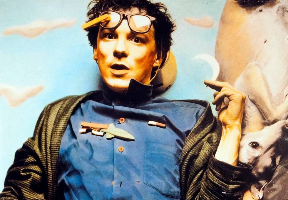 Quién.  Ignacio María Gasca 'Poch' (San Sebastián, 1956- 1998), verso libre del pop español de los ochenta. Pasó por varias formaciones, pero fue en Derribos Arias donde desarrolló en todo su esplendor su actitud punk esquizoide y su música audaz.    Cómo se fue.  A los 42 años, víctima de la enfermedad de Huntington. Unos años antes se había retirado de la música buscando refugio en su familia. Veía su final cerca. Antes de dedicarse profesionalmente a la música fue estudiante de Medicina. Por lo tanto, conocía los efectos de esta enfermedad degenerativa y las recomendaciones de los especialistas de llevar una vida moderada y tranquila. No les hizo caso: prefirió vivir intensamente.    Por qué lo echamos de menos.  Porque el mundo necesita artistas osados. Y Poch andaba sobrado de esta actitud única y surrealista. Si no lo conoces, en YouTube puedes disfrutar de su particularísimo talento: ' Branquias bajo el agua ', ' O flúor ', ' Aprenda alemán en siete días '… Maravillosas.