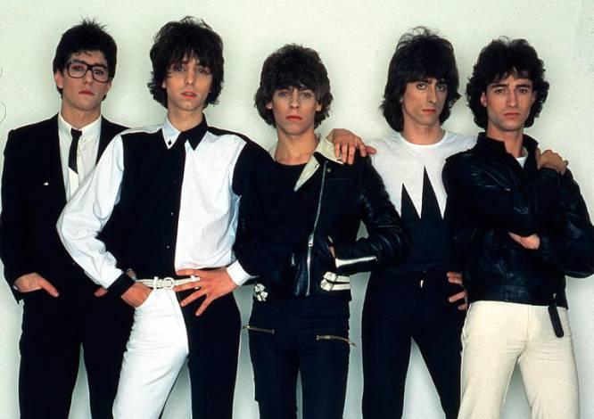 Quiénes.   Los dos formaron parte de Tequila: Manolo Iglesias (1956-1994) a la batería (primero por la derecha) y Julián Infante (Ciudad Real, 1957- Madrid, 2000) a la guitarra (segundo por la derecha). Tras la disolución de Tequila Julián pasó a formar parte de otra banda de éxito, Los Rodríguez.    Cómo se fueron.  Afectados por el sida. Los dos tuvieron su particular relación con la heroína.    Por qué los echamos de menos.  Tras la disolución de Tequila en 1982, Manolo Iglesias desapareció de la primera línea. Sin embargo, Julián Infante siguió tocando ante grandes audiencias con Los Rodríguez. Un tipo, además, extrovertido y muy querido por compañeros y aficionados. Julián frecuentaba los bares del barrio madrileño de Malasaña y cualquiera podía compartir charla con él. Era un rockero con todas sus consecuencias, uno de los mejores guitarra rítmica del rock español. El Keith Richards de aquí, que no pudo sobrevivir al 'stone'.