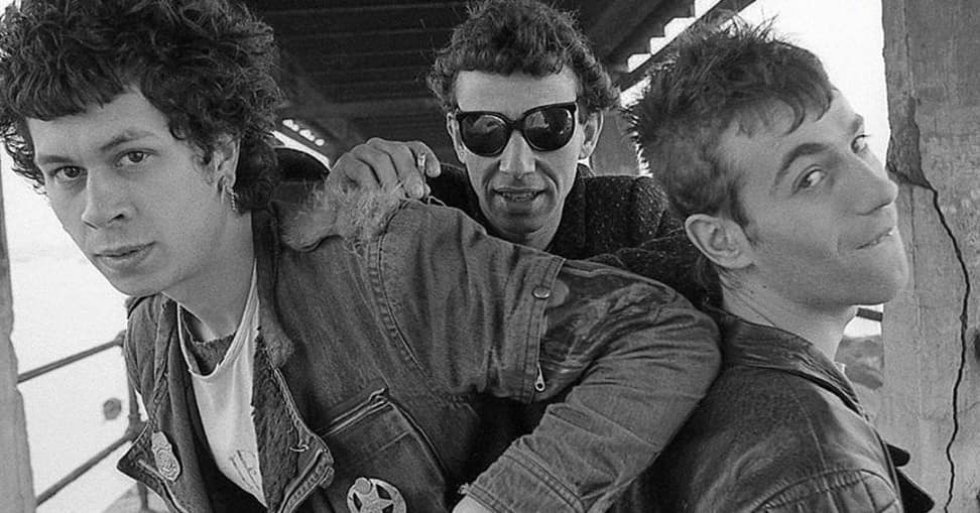 Quiénes.  Dos de los tres integrantes de Eskorbuto, seguramente la banda punk española más querida. Jesús María Expósito López 'Iosu' (Santurce, 1960- Baracaldo, 1992) tocaba la guitarra, y Juan Manuel Suárez Fernández 'Juanma' (Santurce, 1962-1992) el bajo y cantaba.    Cómo se fueron . Se los llevo el sida. La heroína hizo estragos en los ochenta. Iosu y Juanma se hicieron adictos. Sobrevivieron a ella, pero una de sus consecuencias, el sida, les cerró la puerta. Murieron con apenas unos meses de diferencia en 1992: Iosu con 31 años en mayo y Juanma con 30 años en octubre.    Por qué los echamos de menos.  Porque la autenticidad no se compra, y estos tres chavales la tuvieron en cada minuto de su vida. Punks de verdad, chicos de barrio que vivieron los puñetazos de aquellos gélidos años: el paro, la violencia en casa, la heroína, el no hay futuro… Sus letras son el reflejo de todo aquello y su disco 'Anti-todo' su inmortal legado.