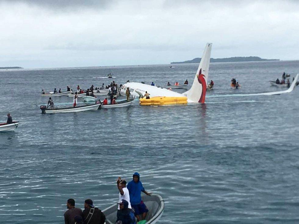 La tripulación y los pasajeros que viajaban a bordo de un avión de la compañía aérea Air Niugini han salido ilesos tras sufrir un accidente poco después de despegar de un aeropuerto de Micronesia. En la imagen, los pasajeros del avión son evacuados en botes tras el accidente.