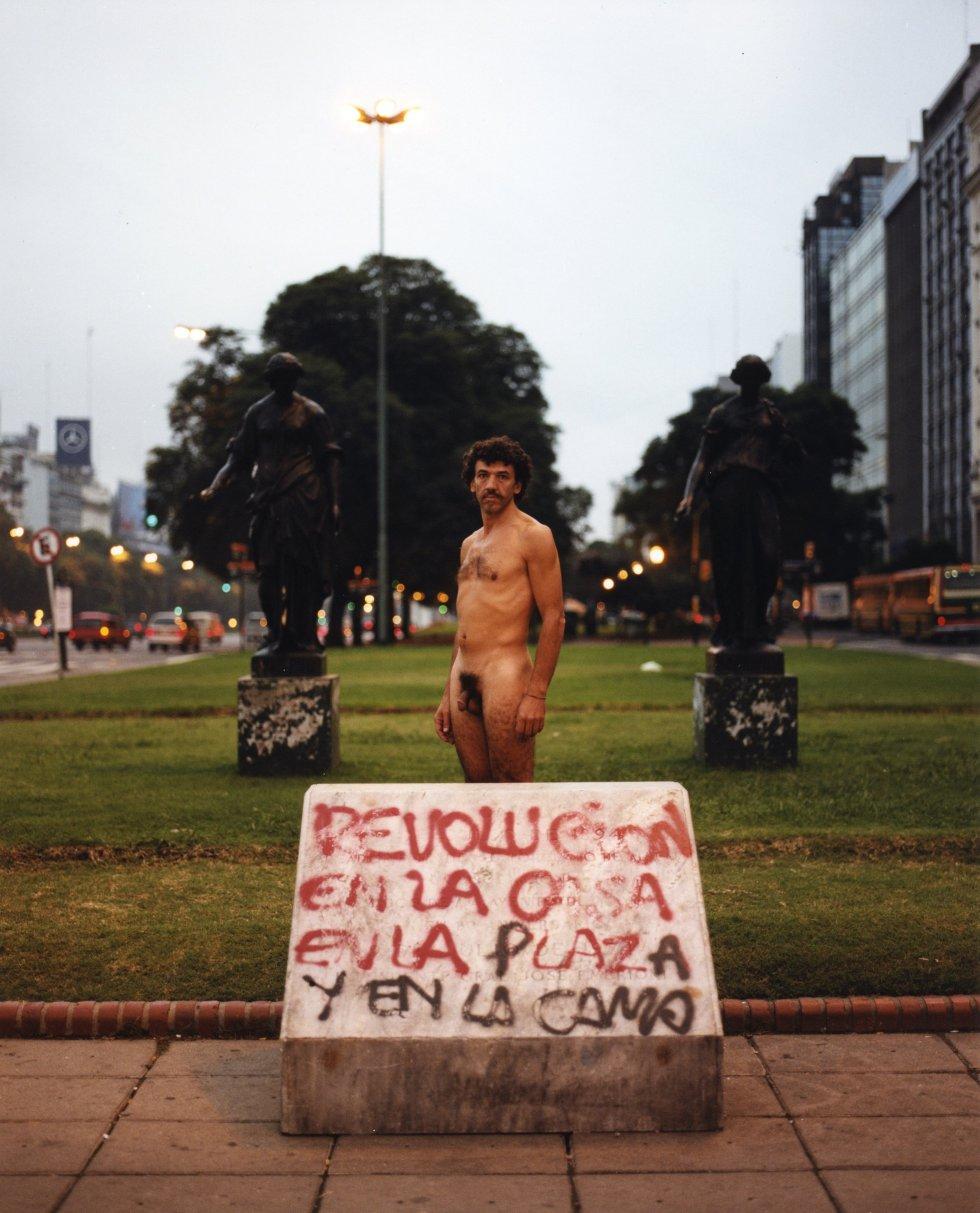 """'Nude Adrift' es el título de esta fotografía tomada en Buenos Aires (Argentina), uno de los países donde ha trabajado Tunick. Confiesa que le gustaría poder organizar una foto de grupo en Asia porque nunca lo ha hecho, y avisa de que """"hay posibilidad"""" de que trabaje este año en Valencia."""