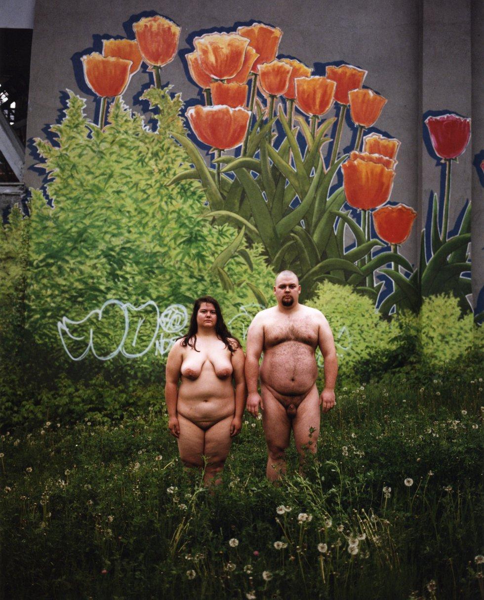 """El fotógrafo, nacido en Nueva York, en 1967, ha hecho algunas de sus fotos por distintas causas, como la protección del medio ambiente, en un glaciar en Suiza y en los viñedos de Borgoña en Francia. """"También he hecho una acción para protestar por la retórica del partido republicano de EE UU contra la mujer y los inmigrantes""""."""