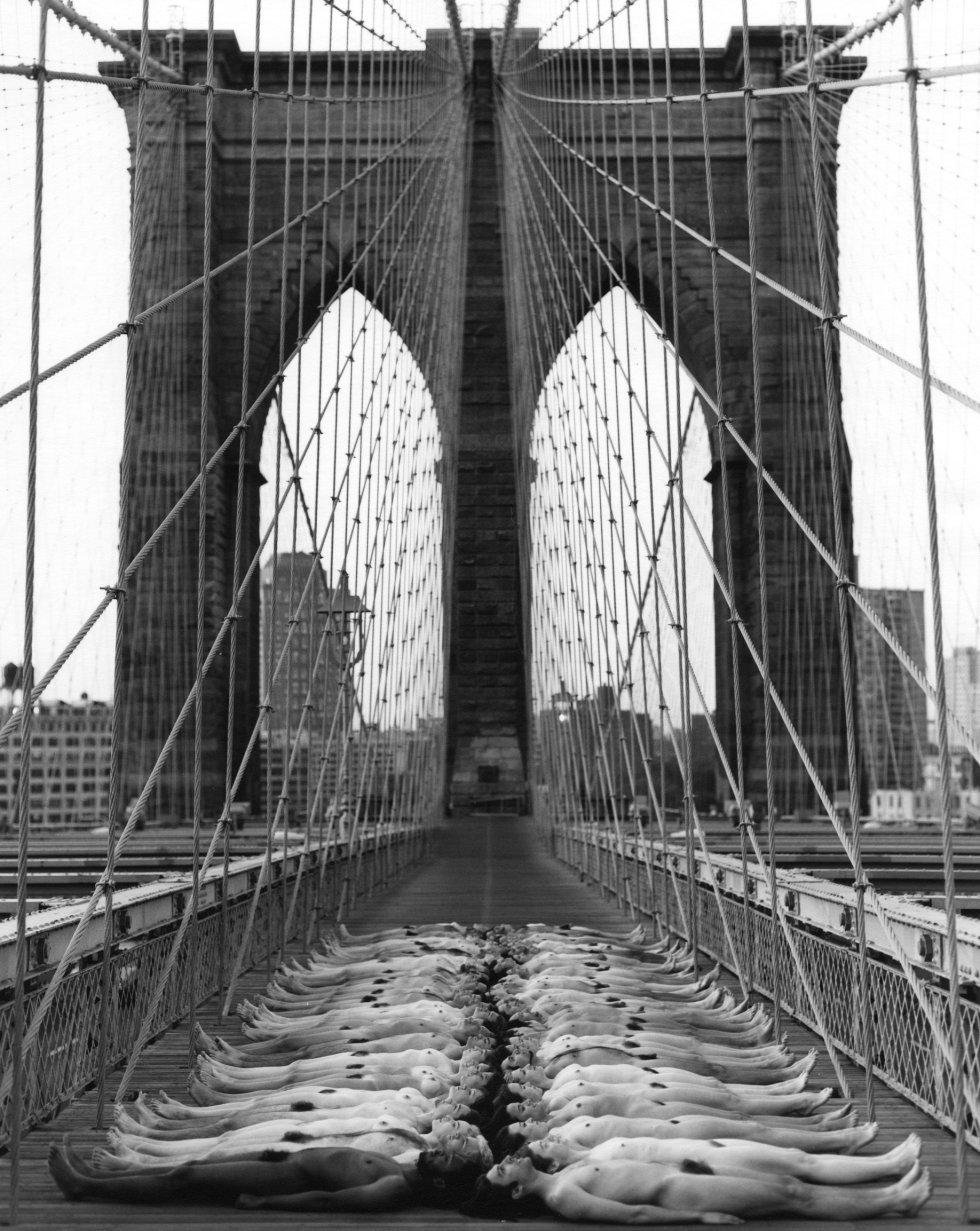 Una bella imagen del puente de Brooklyn, en Nueva York, en este caso en blanco y negro.
