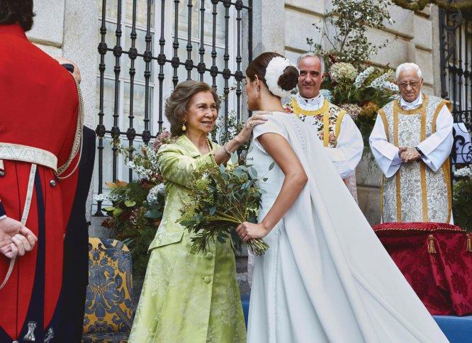 La novia saluda a la reina Sofía a su llegada al palacio de Liria.