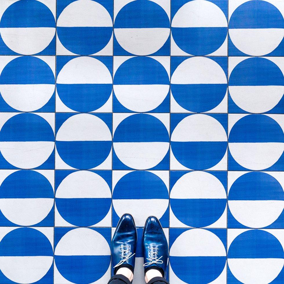 """No solo el Paseo de Gracia y el Eixample pueden presumir de mosaicos, también el puerto de Barcelona posee auténticas delicias. """"Hay un restaurante llamado Maritime que tiene un impresionante juego de azulejos. No es solo que el restaurante entero esté cubierto por estos preciosos azulejos sino que, además, han usado otros, muy icónicos, diseñados por el italiano Gio Ponti""""."""